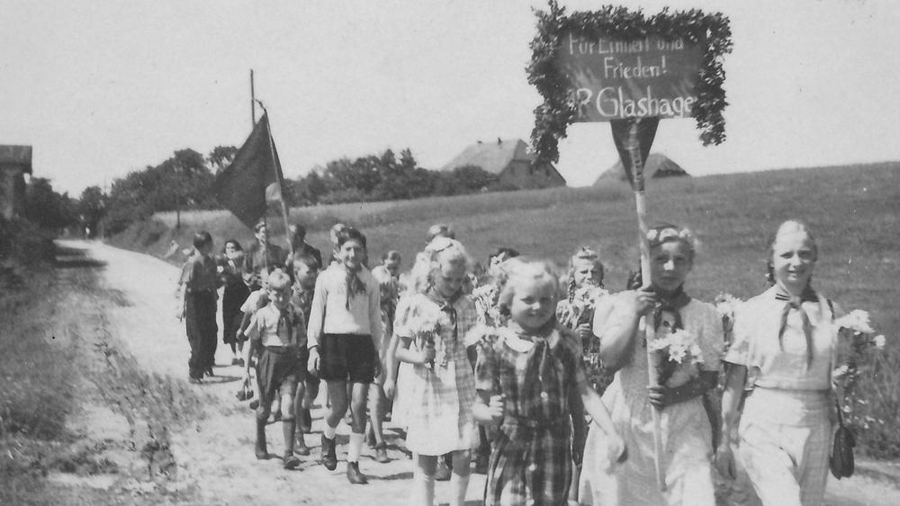 Schulkinder der Glashäger Schule auf dem Weg nach Doberan zu einer Demnostration.
